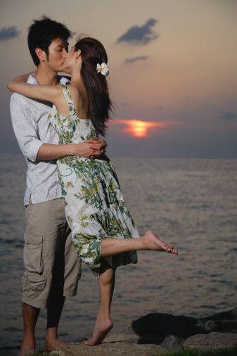 Dudaktan öpüşme erkekler arasında en popüler öpüşme şekli. Erkeklerin yüzde 67'si bunu onaylıyor. Erkeklerin yüzde 56'sı yanaktan öpmeye karşı değil.   Yüzde 26'sı genital organların mahrem öpüsünü onayliyor. Ayak parmaklarını öpmekten haz alanlar en küçük grubu oluşturuyor.